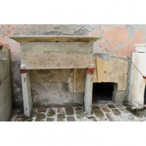 923 (0051) PICCOLO CAMINETTO TOSCO-UMBRO IN PIETRA SERENA