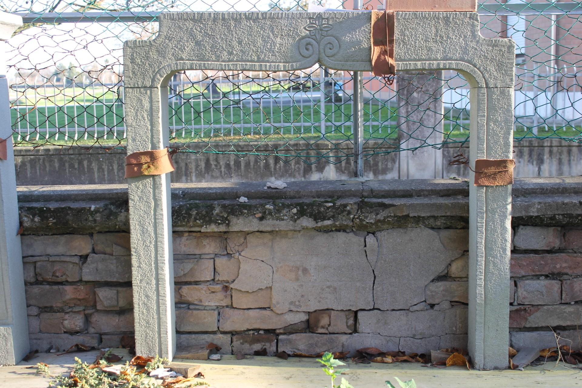 946 OCC CARINISSIMO E PICCOLISSIMO CAMINETTO SCOLPITO A MANO IN PIETRA DI SARNICO